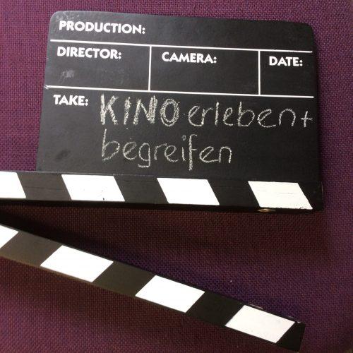Buchtitel auf Filmklappe geschrieben