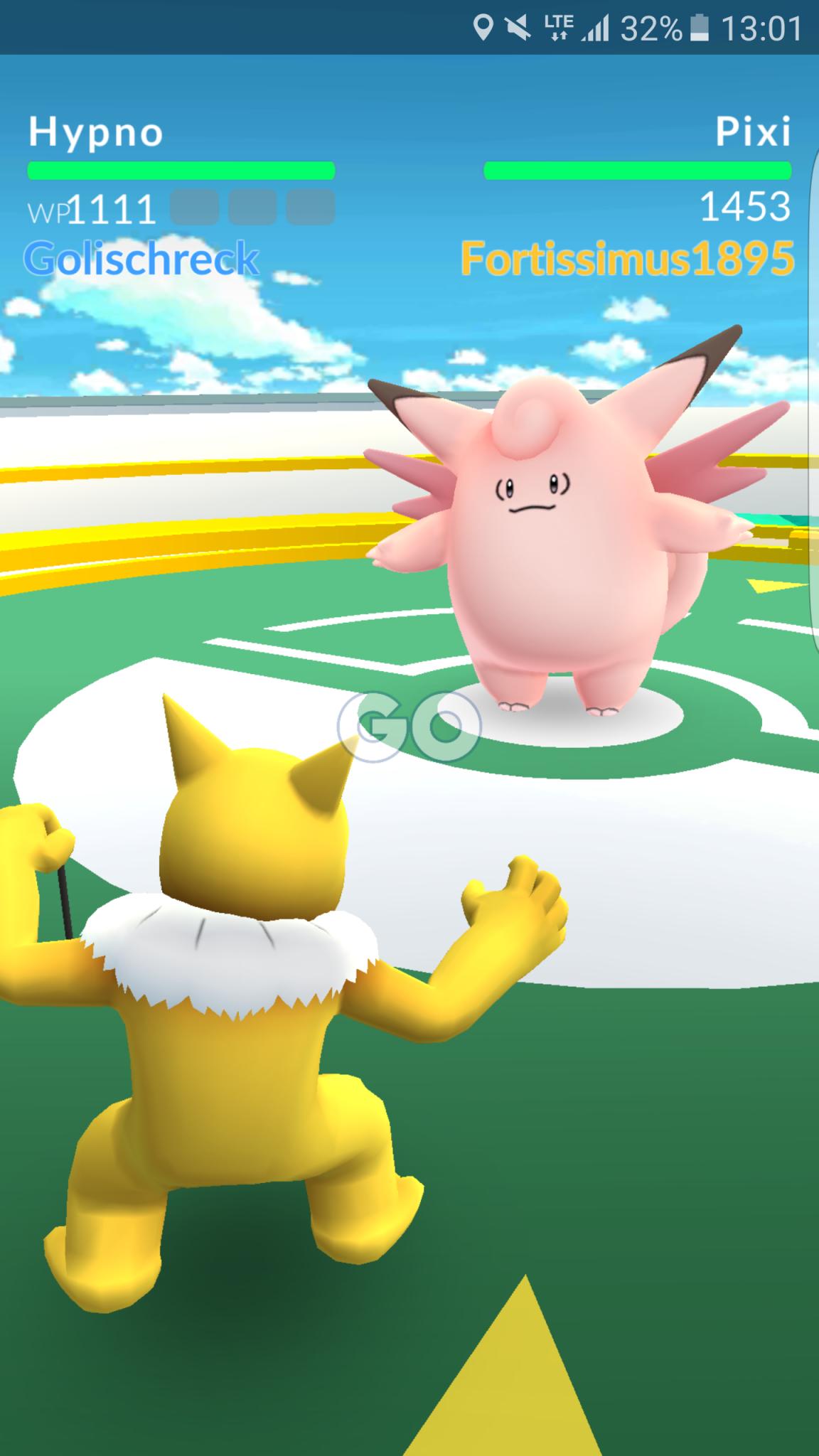 Pokémon Go: Zwei Pokémons kämpfen in einer Arena gegeneinander
