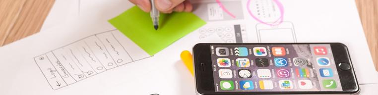 Smartphone neben anderen Büroartikeln
