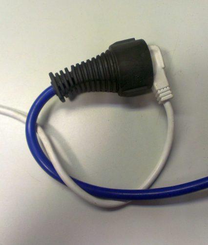 Damit sich die Kabel nicht wieder lösen: einen Knoten machen. [© EMH]
