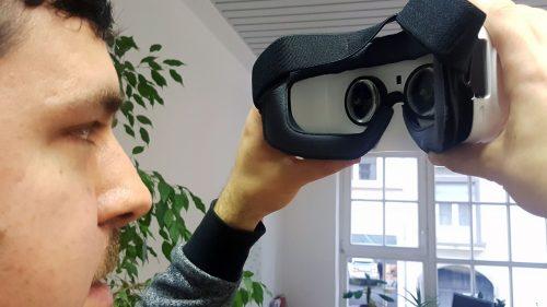 Das Handy wird an die VR-Brille angeschlossen. Anschließend setzt man die VR-Brille auf und kann in virtuelle Welten eintauchen. Diese lädt man über eine App auf das Handy
