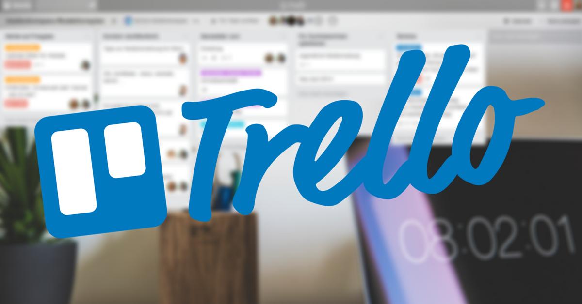 Trello-Logo auf verschwommener Trello-Arbeitsmaske