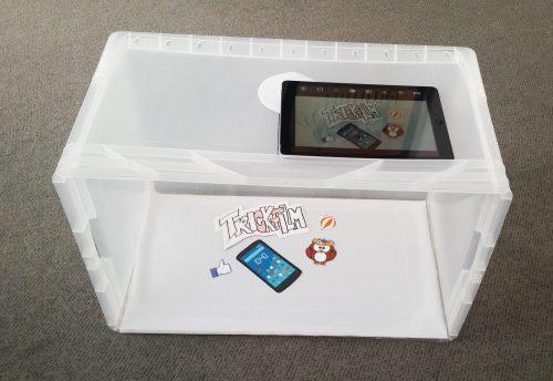 Eine Trickfilmbox kann aus einer Plastikkiste einfach selber gemacht werden. Darin können die Trickfilmobjekte optimal platziert und abgelichtet werden