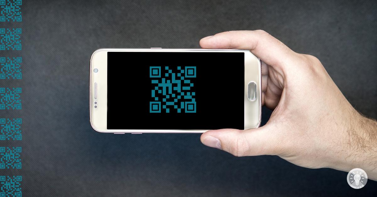 Smartphone: Zeigt ein Smartphone mit einem QR-Code auf dem Display