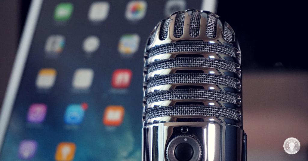 Bilf: Zeigt ein Mikrofon und ein Smartphone