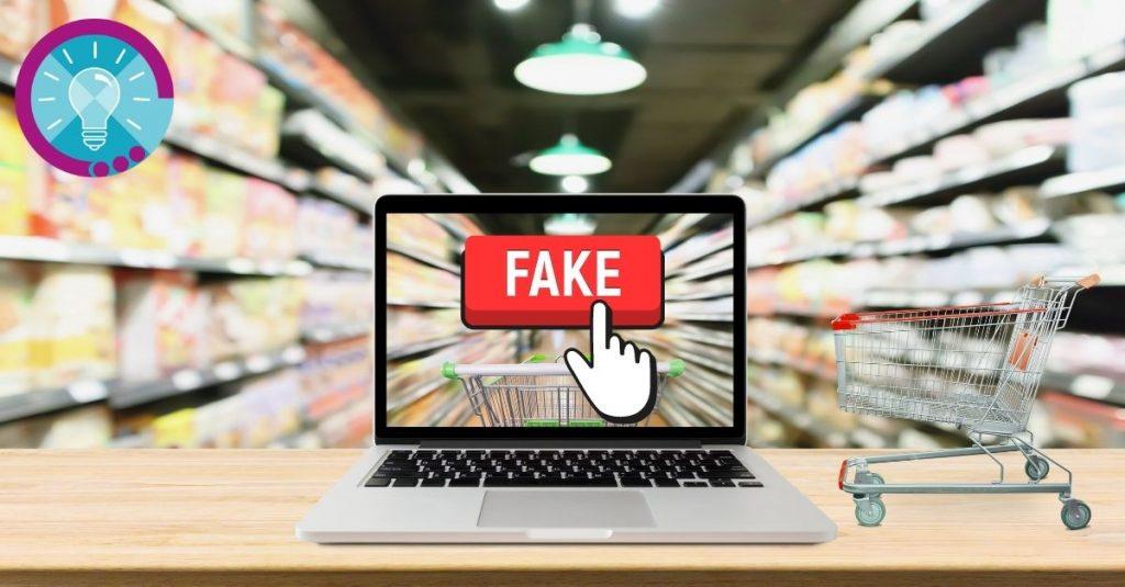 Laptop mit Fake-Button auf dem Bildschirm, der im Gang eines Supermarktes steht